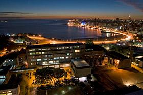 Foto aérea nocturna de una ciudad