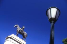 Imagen de la estatua de Artigas